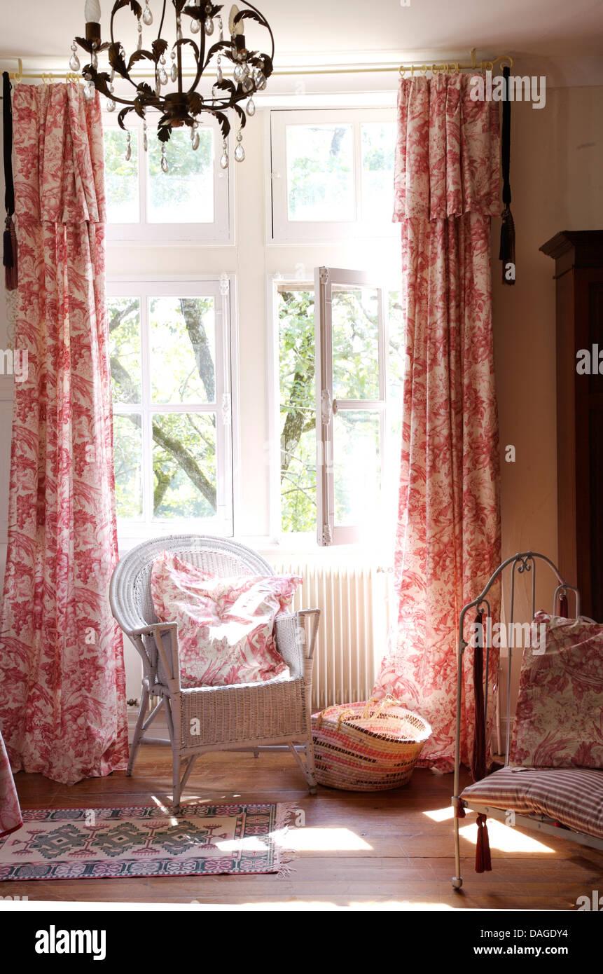 Malte Stock Stuhl Vor Fenster Mit Rosa Toile De Jouy Gardinen In  Französischer Landhaus Schlafzimmer