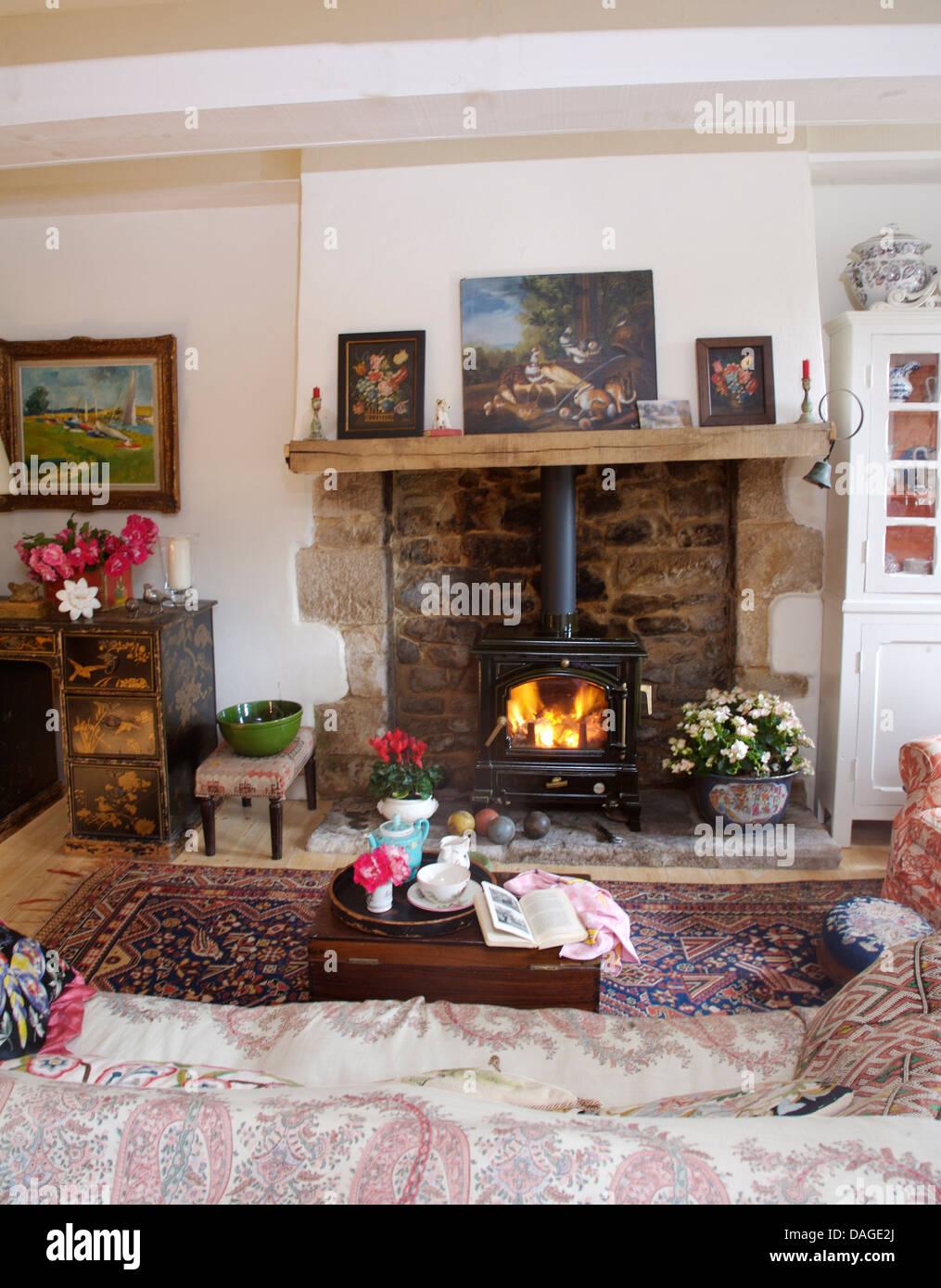 Bilder Auf Holz Kaminsims über Dem Kamin Mit Beleuchteten Holzofen Im  Wohnzimmer Cottage