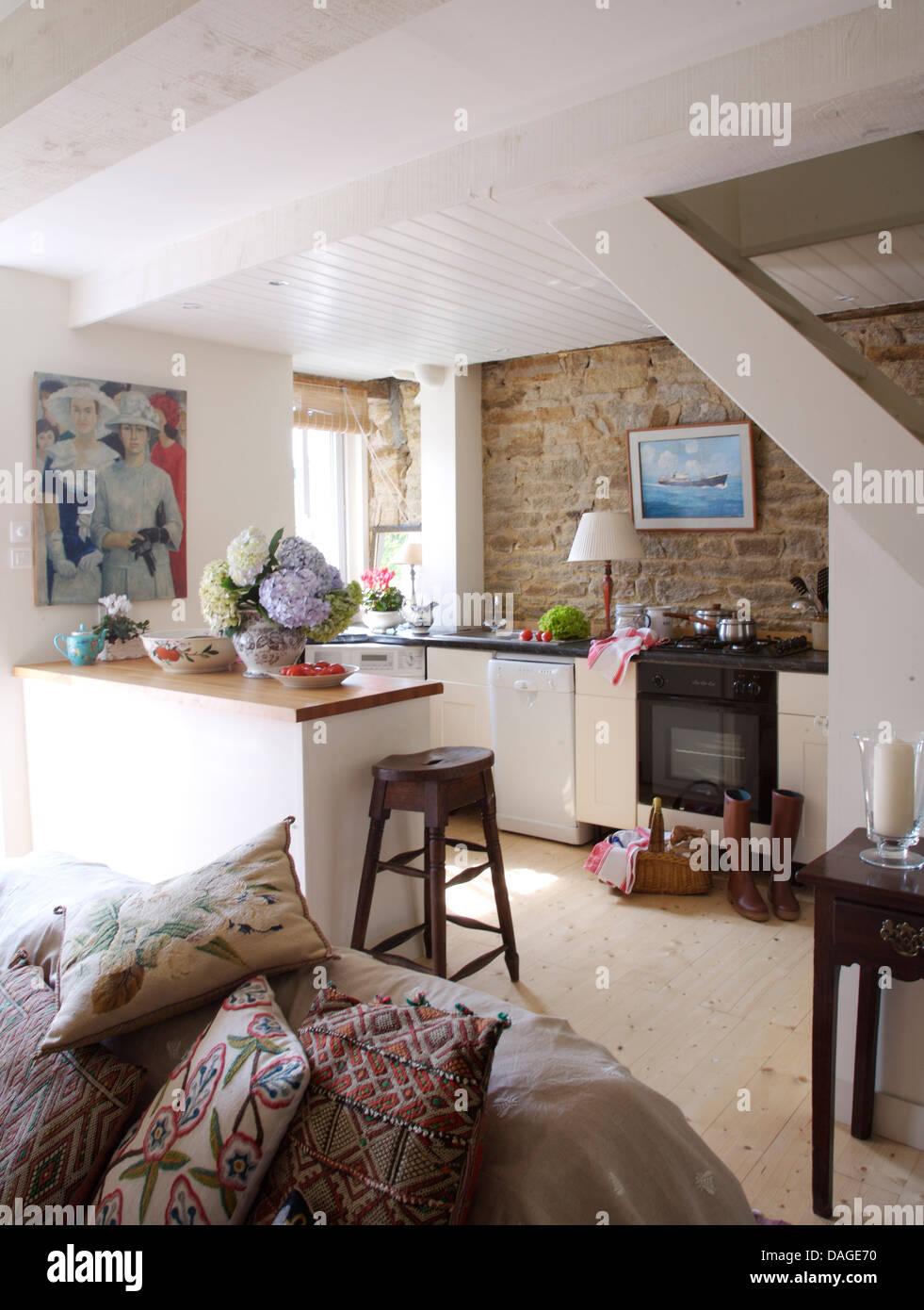Gemusterte Kissen auf Sofa im Landhaus Küche mit Bild auf ...