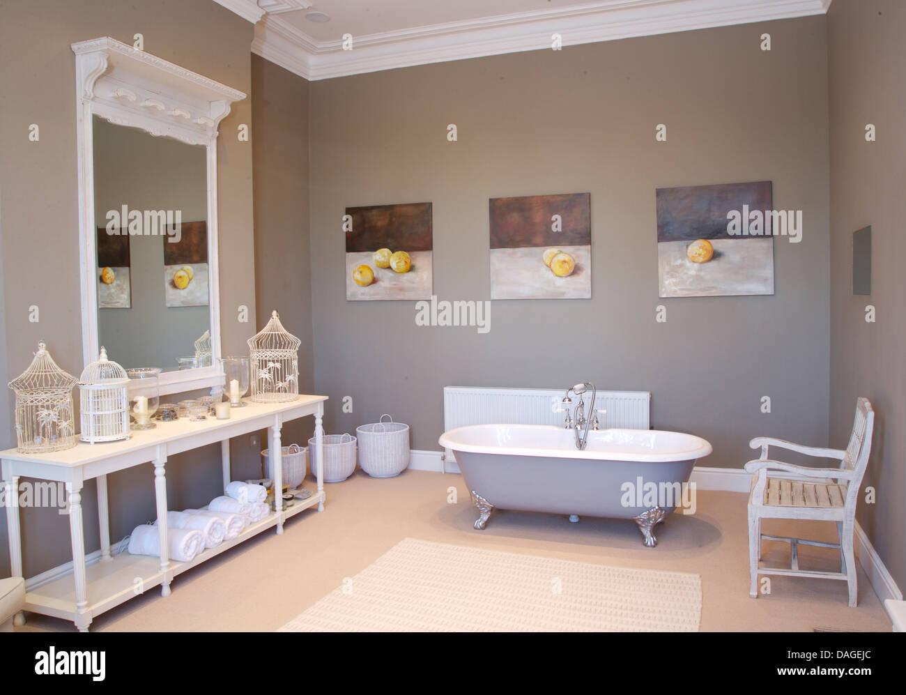 Freistehende Roll Top Bad Unter Gruppe Obst Gemälde Im Grauen Badezimmer  Mit Großen Bemalten Spiegel Oben Lackiert Konsolentisch