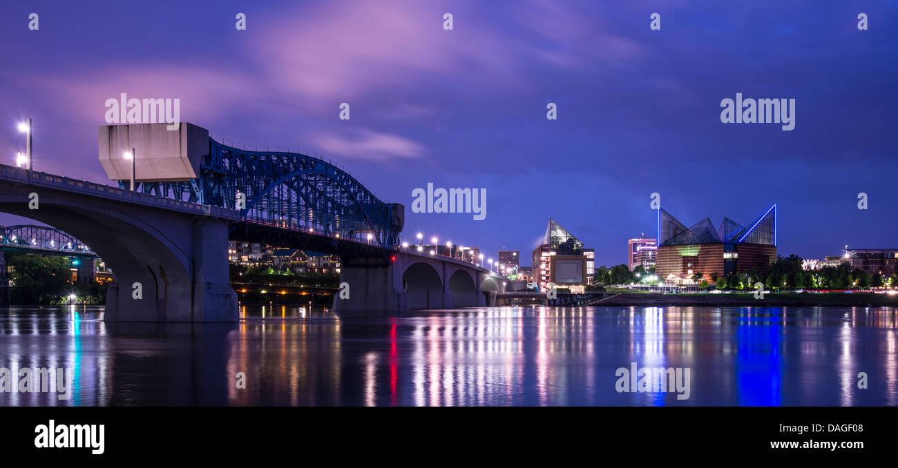 Die Innenstadt von Chattanooga, Tennessee aus über den Tennessee River. Stockfoto