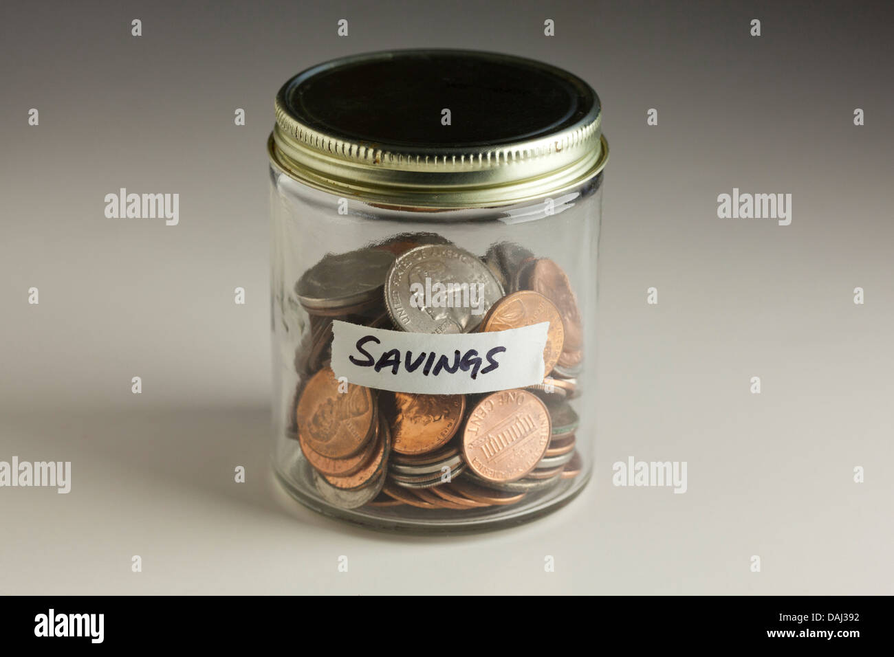 Münzen in Glas für Einsparungen Stockbild