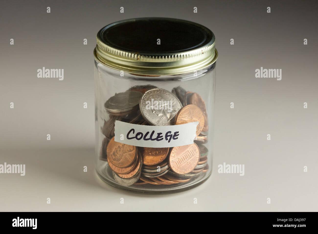 Münzen in Glas für College Stockbild