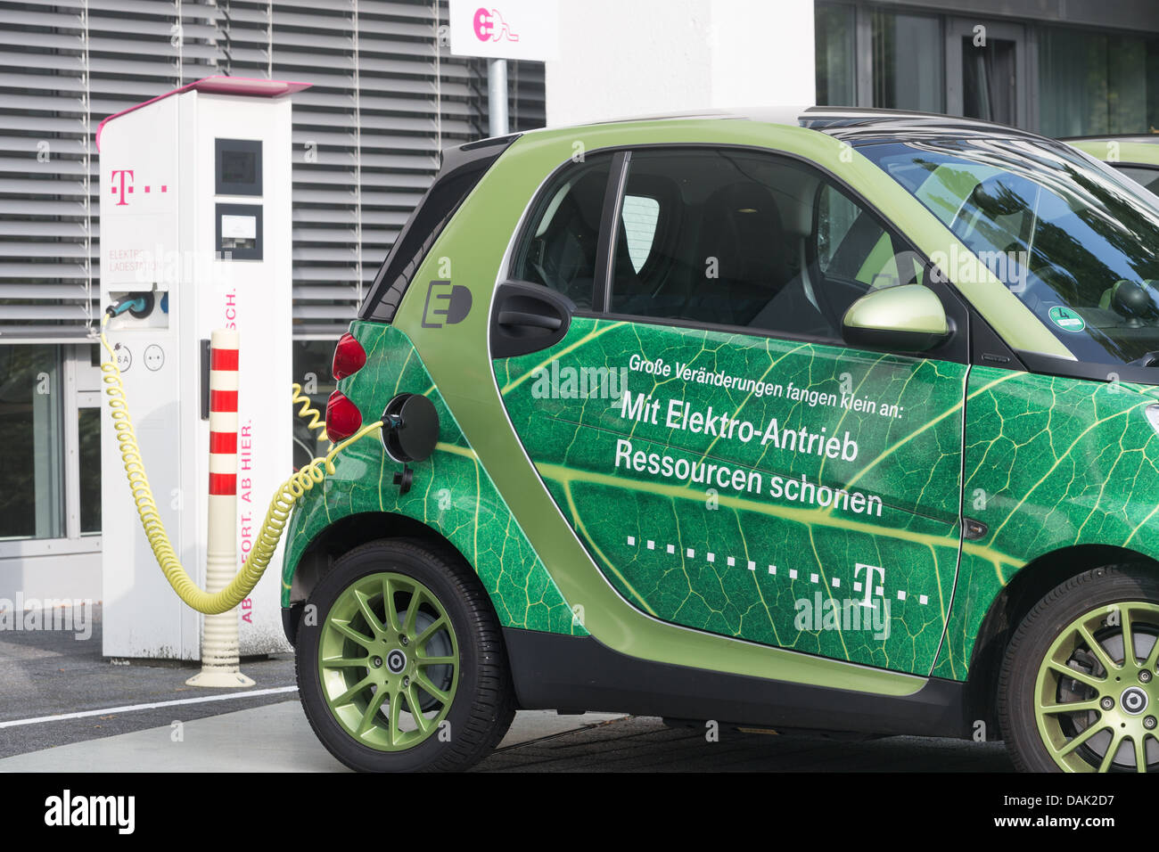 An einer Station in Bonn, 12.07.2013 Ladestation für Elektroautos. Stockbild