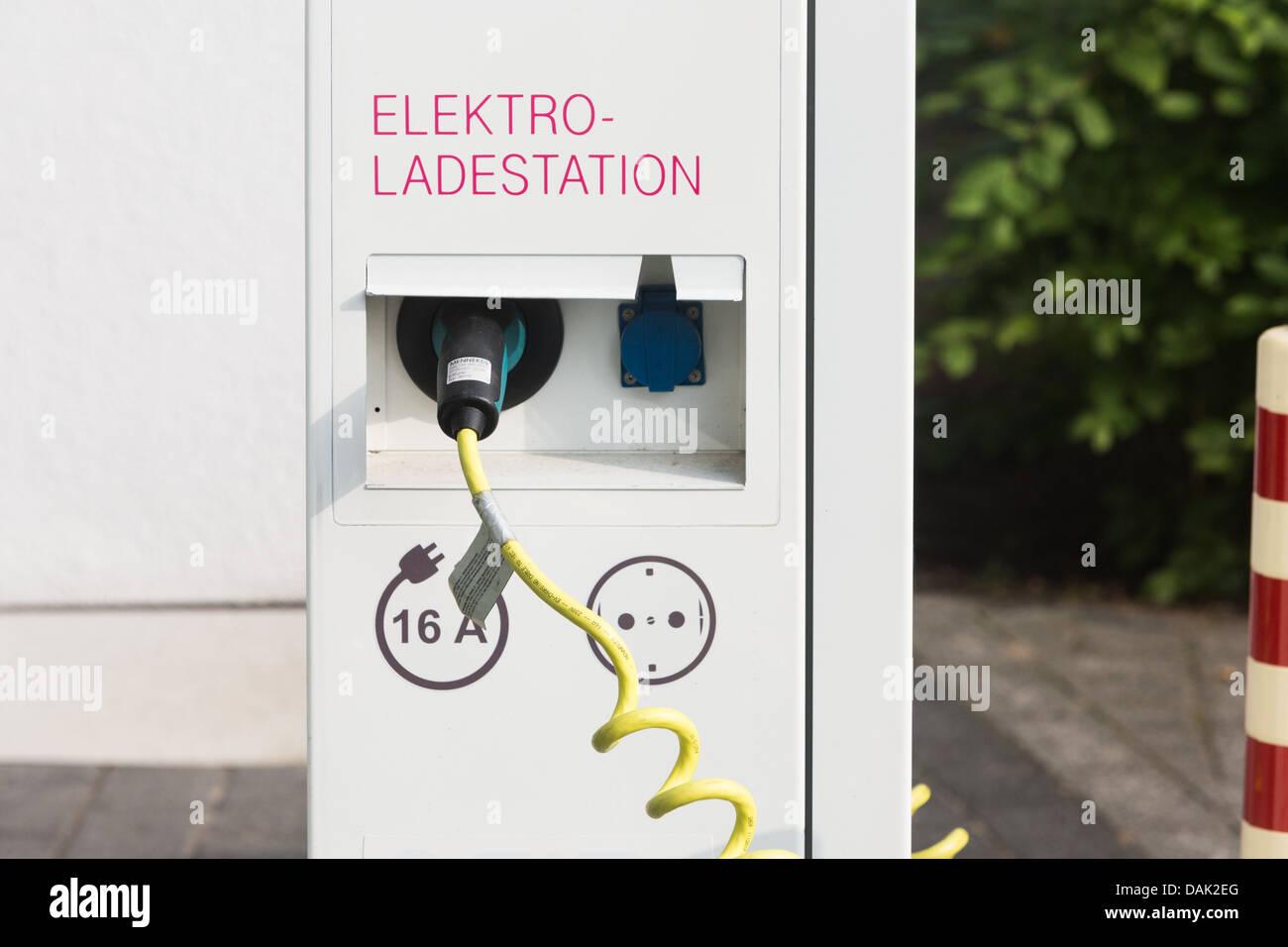 Bahnhof in Deutsche Telekom Zentrale in Bonn, 12.07.2013 Ladestation für Elektroautos. Stockbild