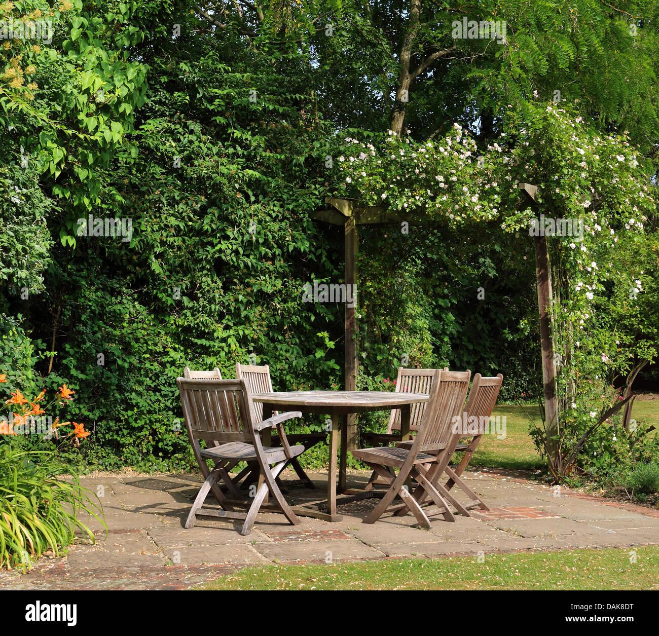 Englisch zurück Garten Terrasse mit Tisch und Stühlen und rose ...
