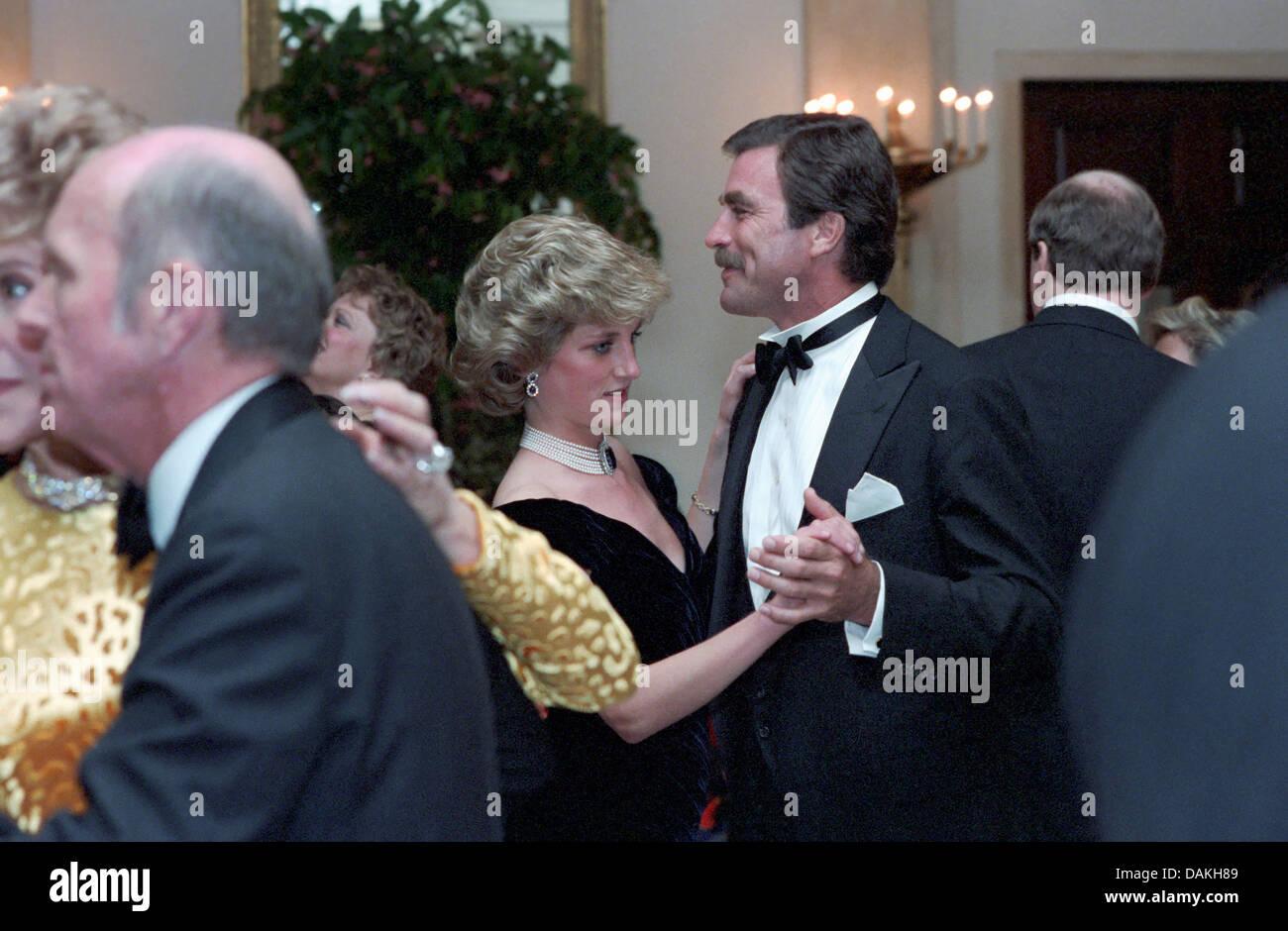 Diana, Princess of Wales Tänze mit dem Schauspieler Tom Selleck beim White House Gala Dinner 9. November 1985 in Washington, DC. Stockfoto