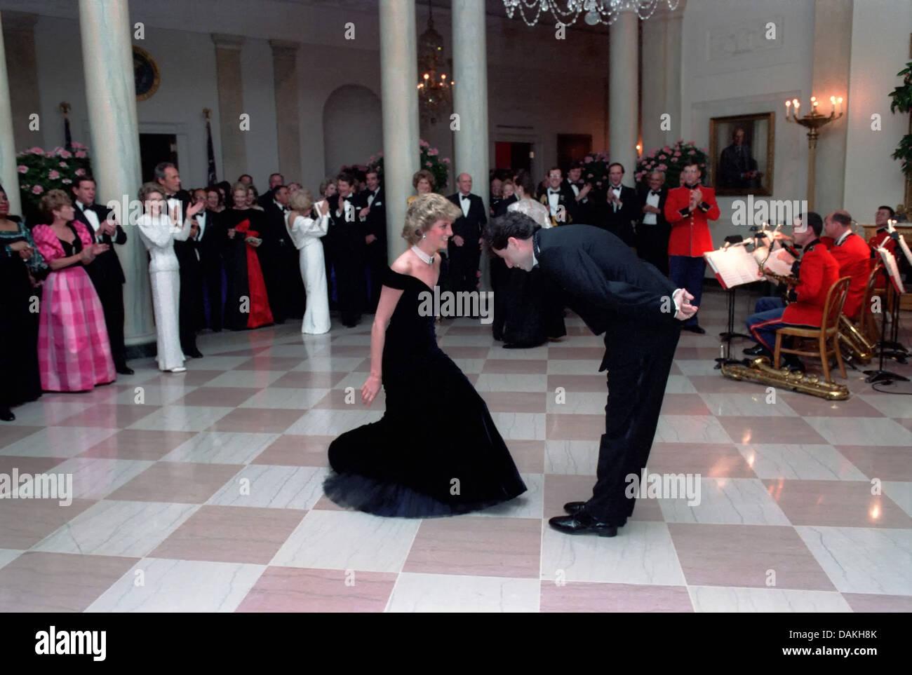 Schauspieler John Travolta verbeugt sich Diana, Princess of Wales nach ihren Tanz beim White House Gala Dinner 9. November 1985 in Washington, DC. Stockfoto