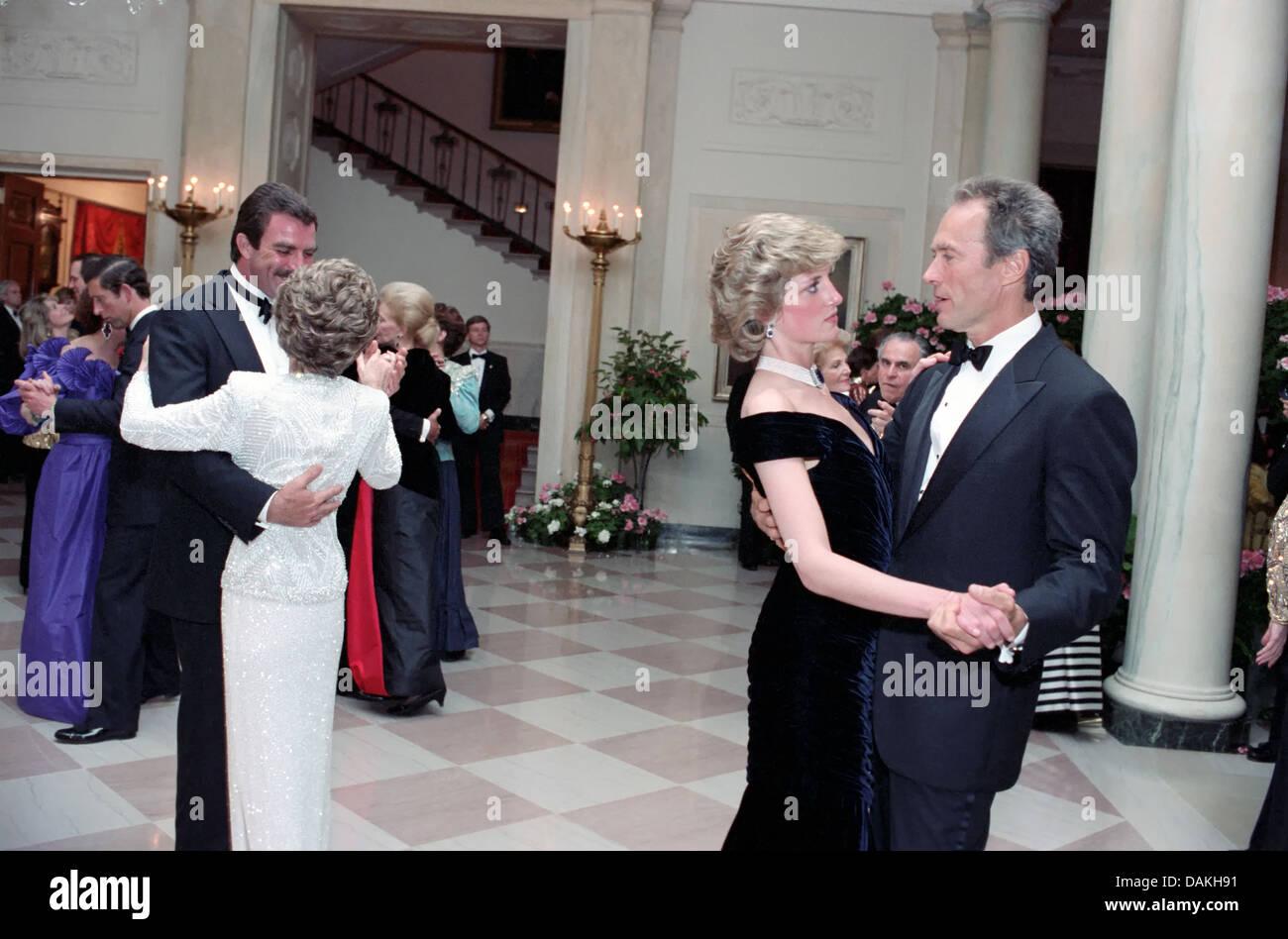 Diana, Princess of Wales Tänze mit Schauspieler Clint Eastwood als First Lady Nancy Reagan Tänze mit dem Schauspieler Tom Selleck beim White House Gala Dinner 9. November 1985 in Washington, DC. Stockfoto