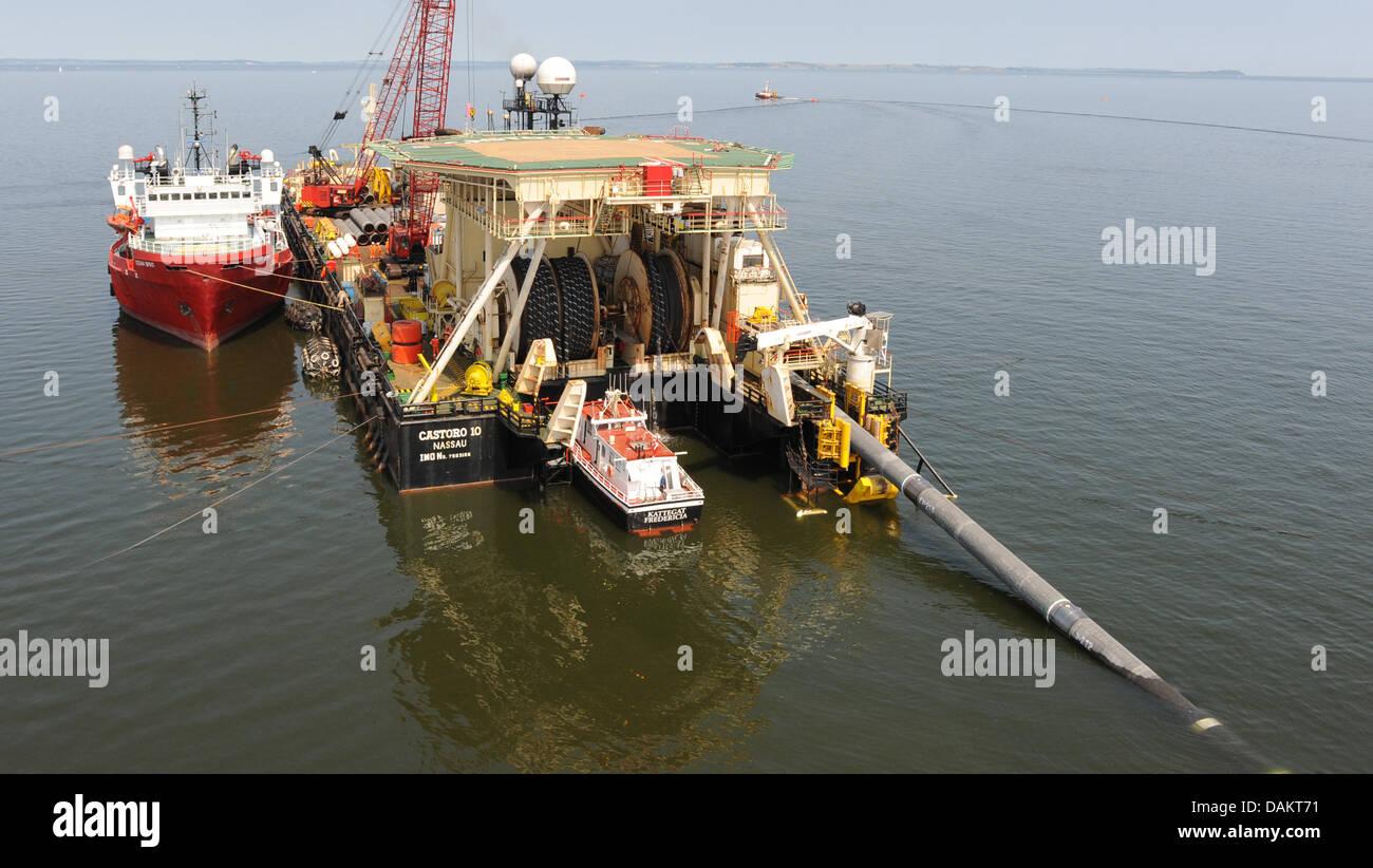 """Datei - ein Archiv Bild vom 5. Juli 2010, zeigt eine Pipeline verlegen Schiff """"Castoro 10', Verlegung der Gaspipeline Stockfoto"""