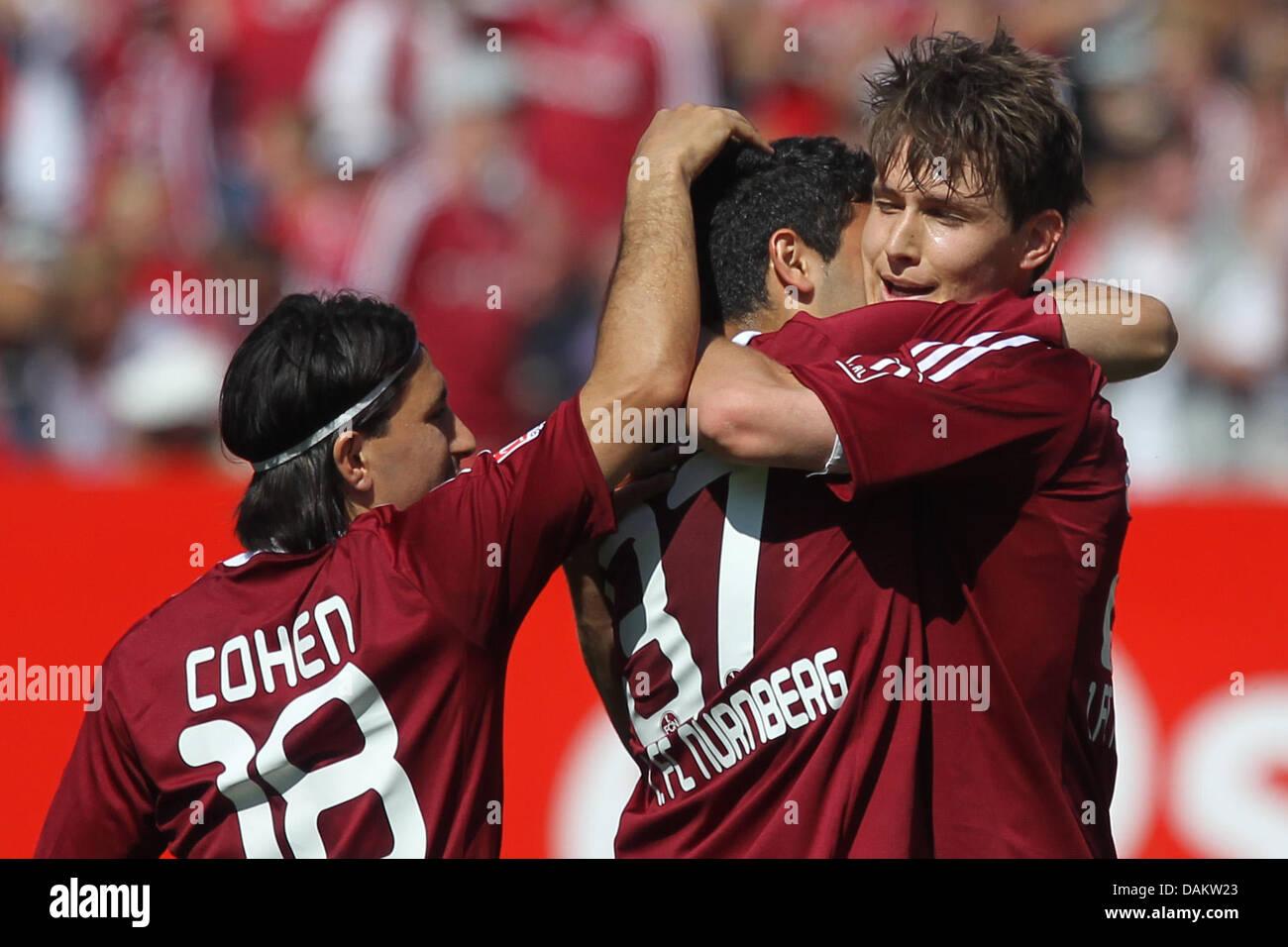 Nürnberger Philipp Wollscheid (R) umarmt seine Teamkollegen Mehmet Ekici (C) und Almog Cohen (L) nach dem 1: Stockbild