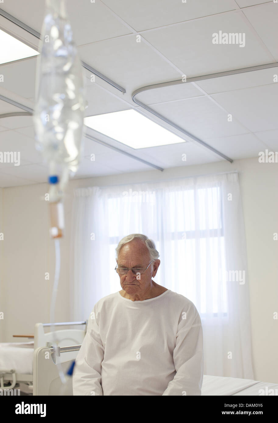 Ältere Patienten sitzen im Bett im Krankenzimmer Stockbild