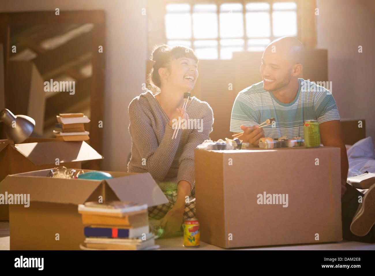 Paar Essen Sushi gemeinsam im neuen Zuhause Stockfoto
