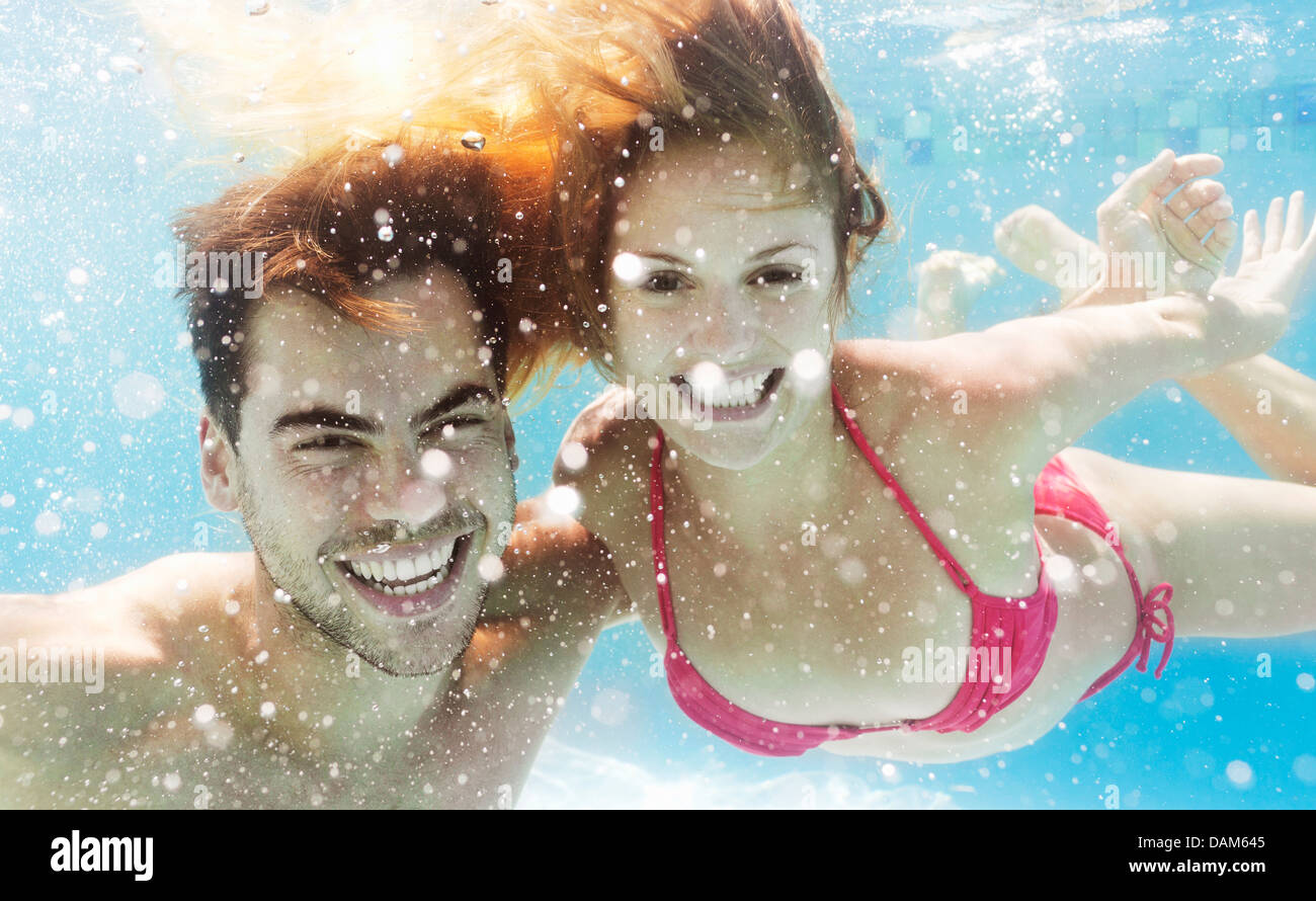 Paar im pool Stockbild
