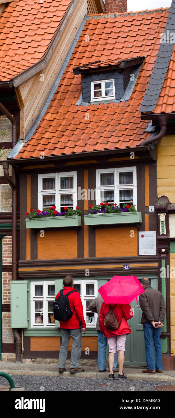 Touristen stehen vor dem kleinen Wohnhaus in Wernigerode ...