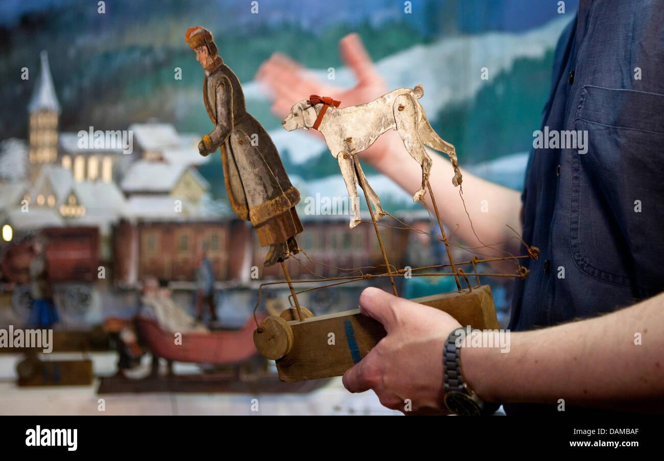 Eine Hand hält zwei so genannte Welt Theater Marionetten, welche früheren Puppenspieler setzen auf Schienen Stockbild