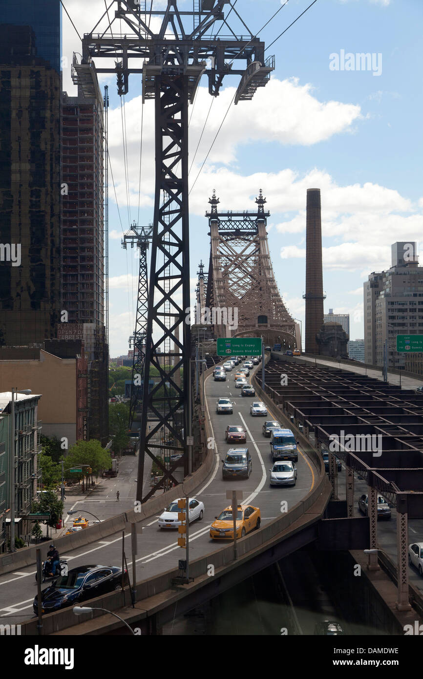 Queensboro Bridge gesehen von der Seilbahn nach Roosevelt Island Stockbild