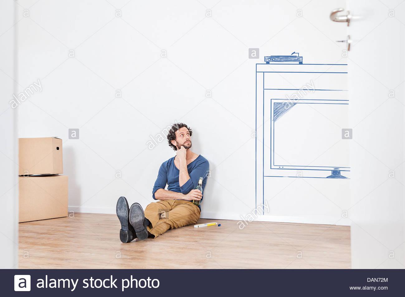 Nachdenken über neue Wohnzimmer Möbel Mann Stockbild