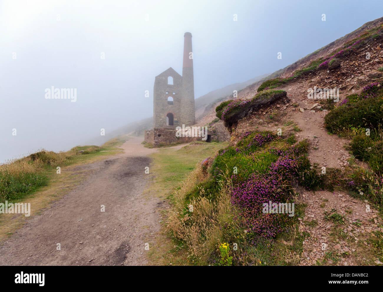 Die Ruinen von Towanroath Pumpen Motor Haus steigen aus dem Nebel bei Wheal Coates in St. Agnes in Cornwall Stockbild