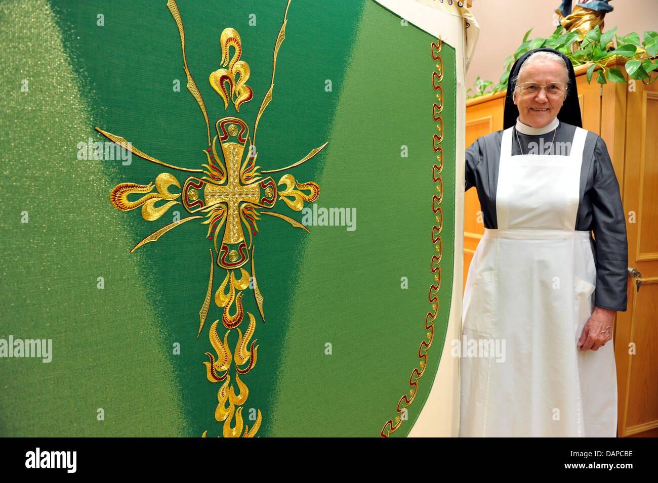 Schwester Benita präsentiert das neue Gewand für den Papst auf dem Parament Workshop des Franziskanerklosters Stockbild
