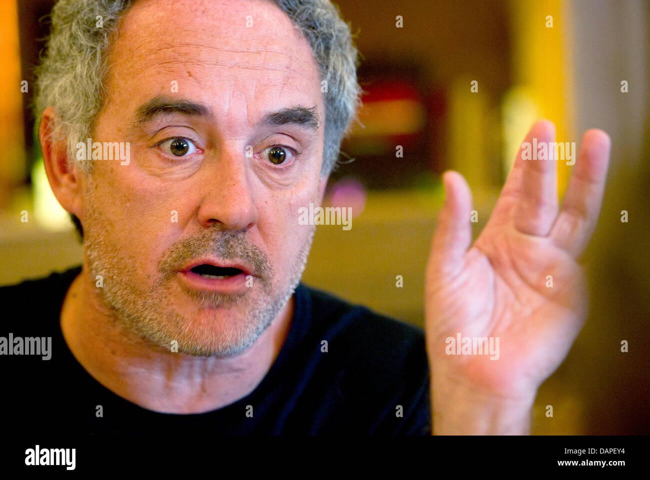 Spanischen Sternekoch Ferran Adria Spricht In Einem Restaurant Bei Einem  Treffen Der Spitzenkche In Mnchen Deutschland August.