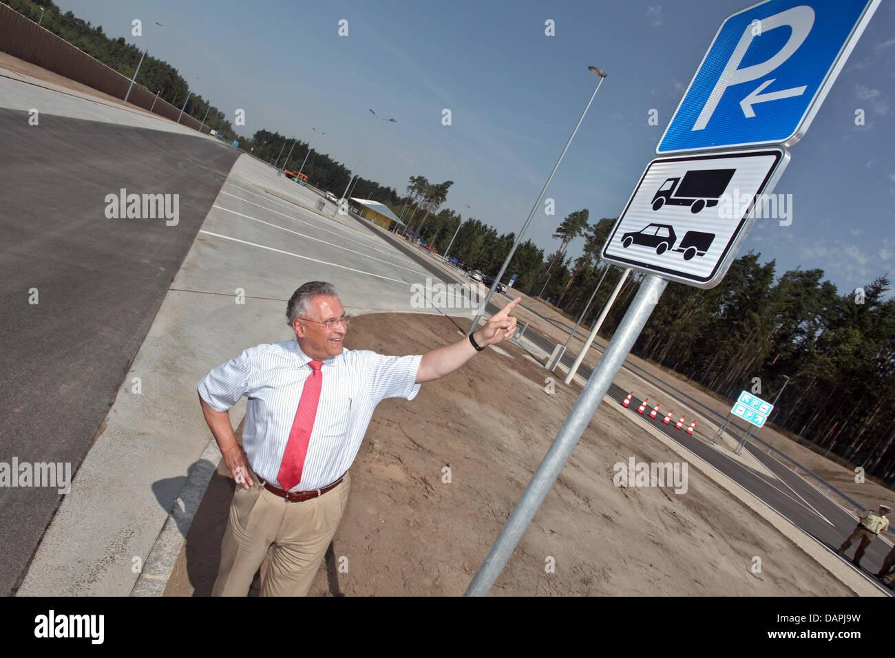 Bayerns Innenminister Joachim Herrmann steht vor dem Rastplatz Zeichen bei der Eröffnung des neuen Rastplatz mit Stockfoto