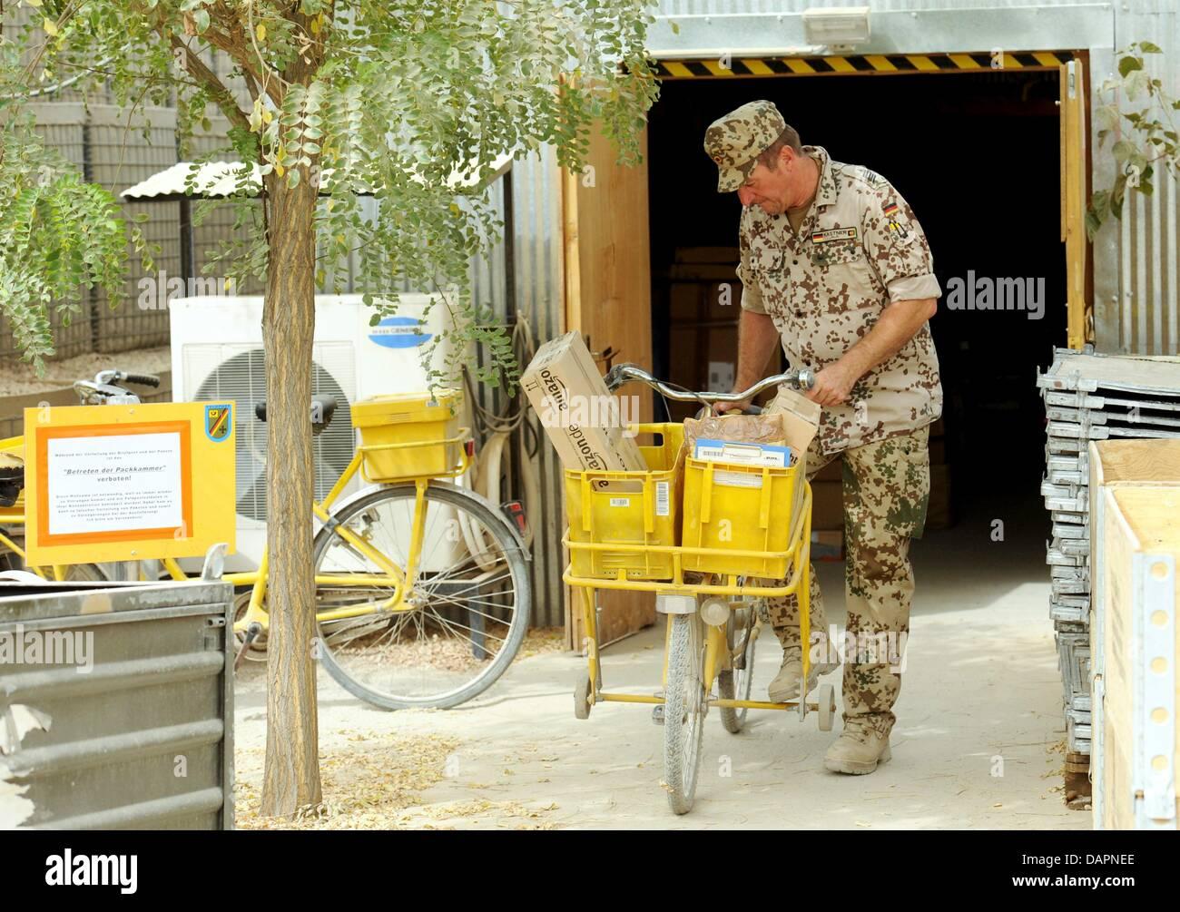 ein bundeswehr soldat aus der deutschen feldpost liefert wichtige pakete im bereich camp in der. Black Bedroom Furniture Sets. Home Design Ideas