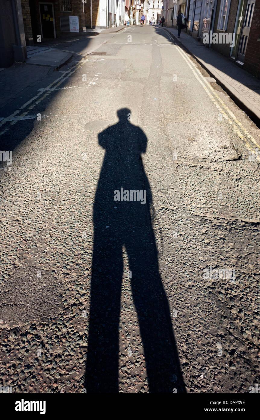 Lange Schatten bei Sonnenuntergang - Seitenstraße Gasse in Oxford Stockbild