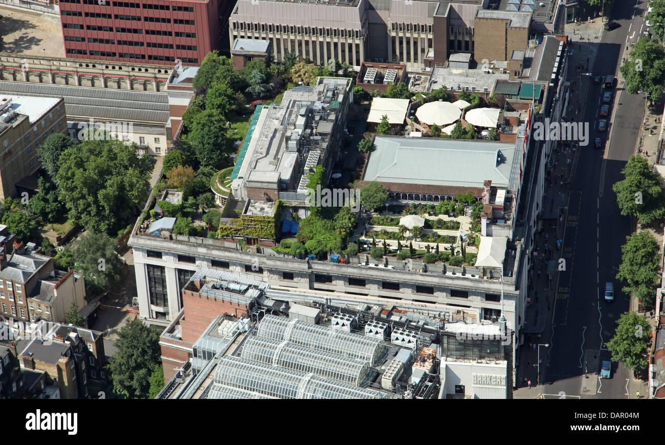 Luftaufnahme der Dachgarten auf einem Gebäude auf Kensington High Street, London W8 Stockbild