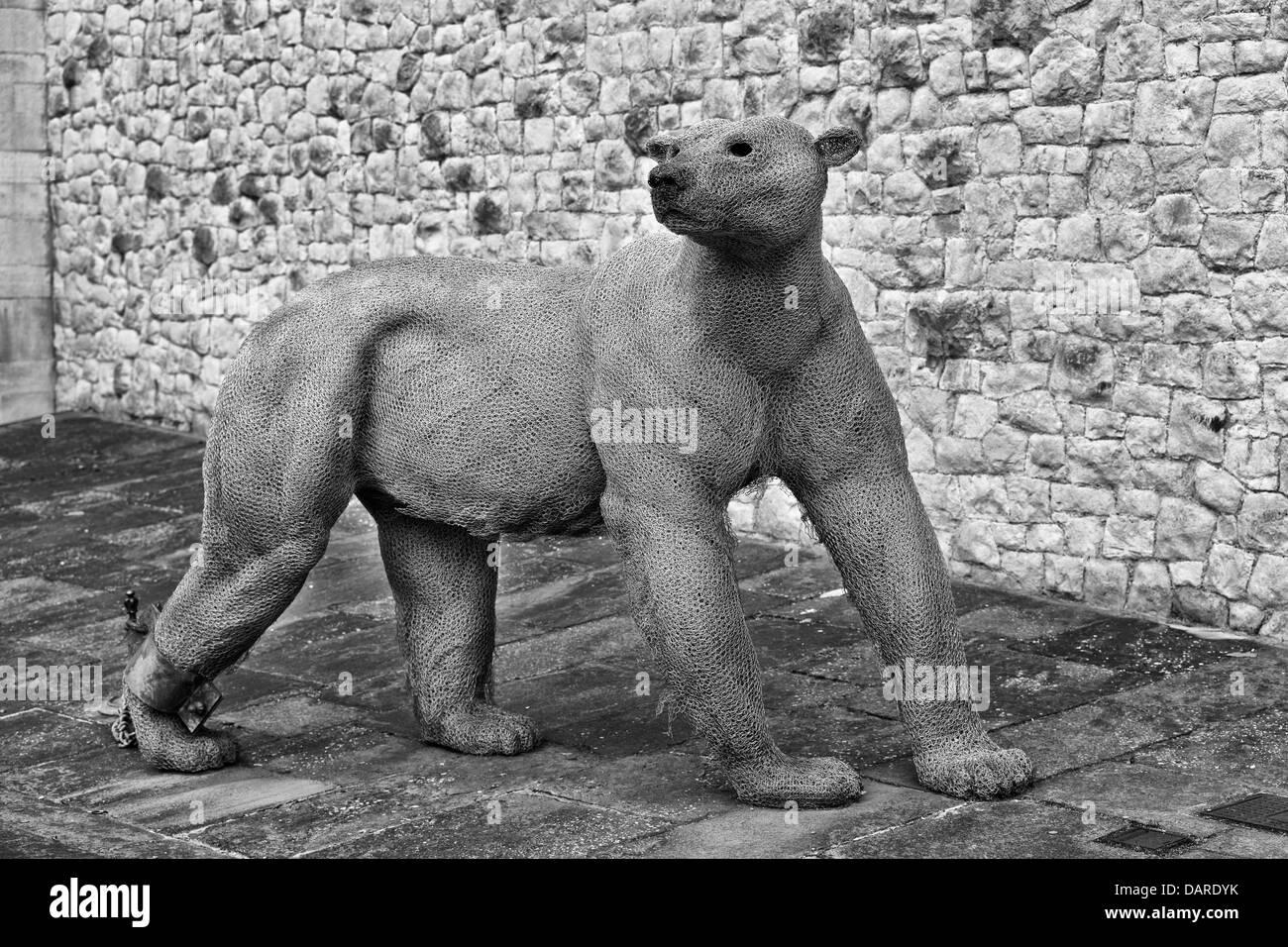 Schwarz Weiss Moderne Kunst Skulptur Aus Stahlwolle Eines Eisbaren An Der Tower Of London Als Eine Menagerie Ausstellung Stockfotografie Alamy