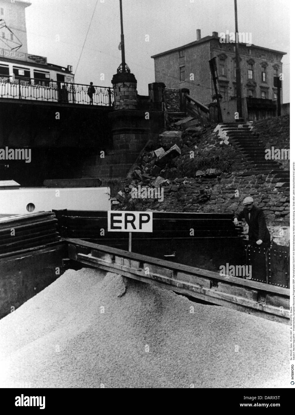 Zeitraum, Nachkriegsrekonstruktion, European Recovery Program (ERP), barge mit Mais an der Binnenschifffahrt Hafen Stockbild