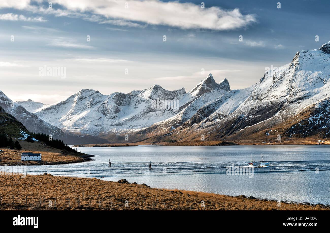 Ein Angeln Boot Travelloing, Selfjorden von Stromsnes auf den Lofoten-Inseln Stockbild