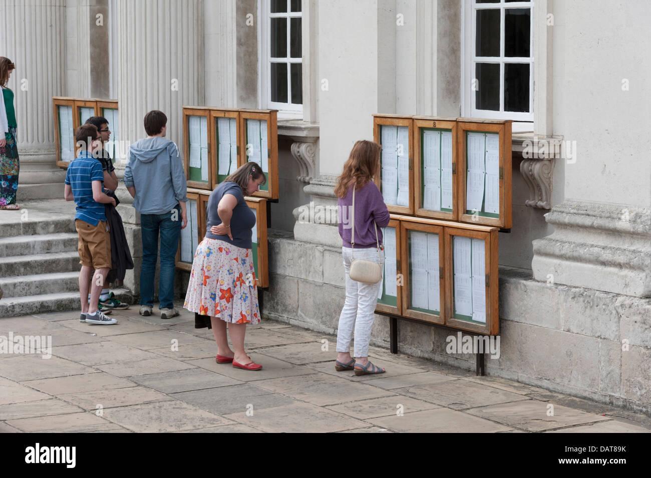 Studenten auf der Suche auf Schilder, die Prüfungsergebnisse an den Senat Haus Cambridge University UK anzeigen Stockbild