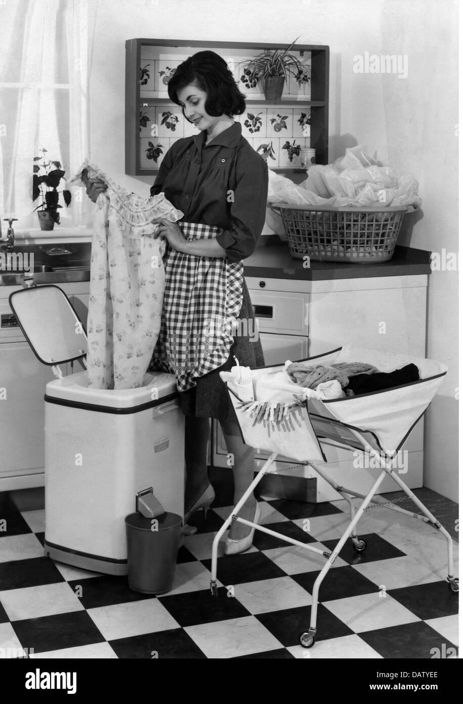Haushalt waschen hausfrau die ihre w sche trocknen im - Wasche im schlafzimmer trocknen ...