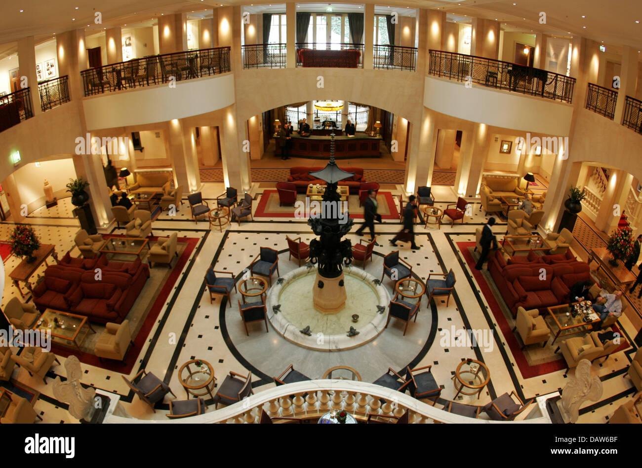Hotel Foyer Berlin : Das bild zeigt im foyer des hotel adlon in berlin