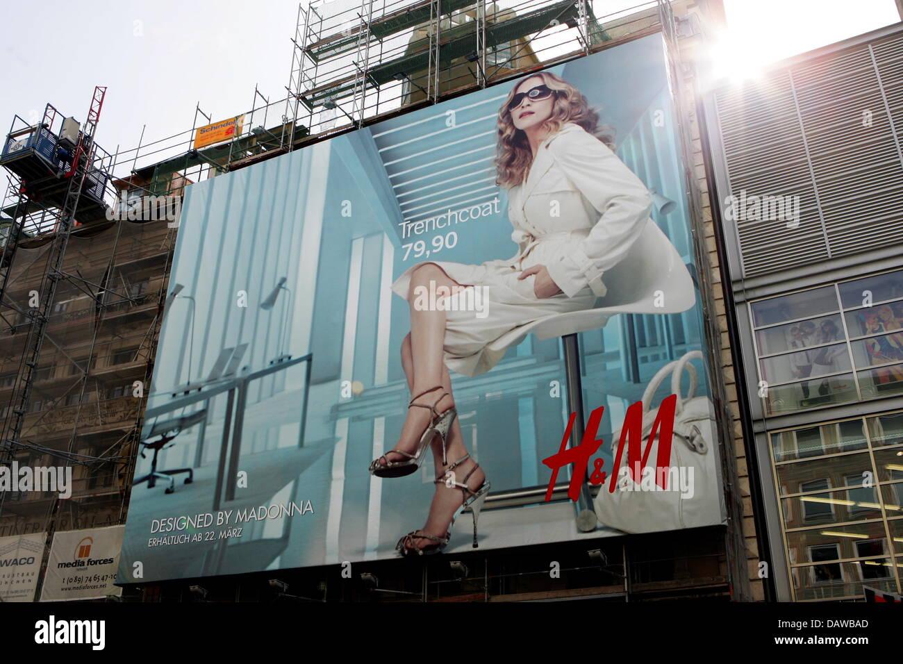 Eine Riesige H M Plakatwerbung Der Kleidung Firma Neue Madonna