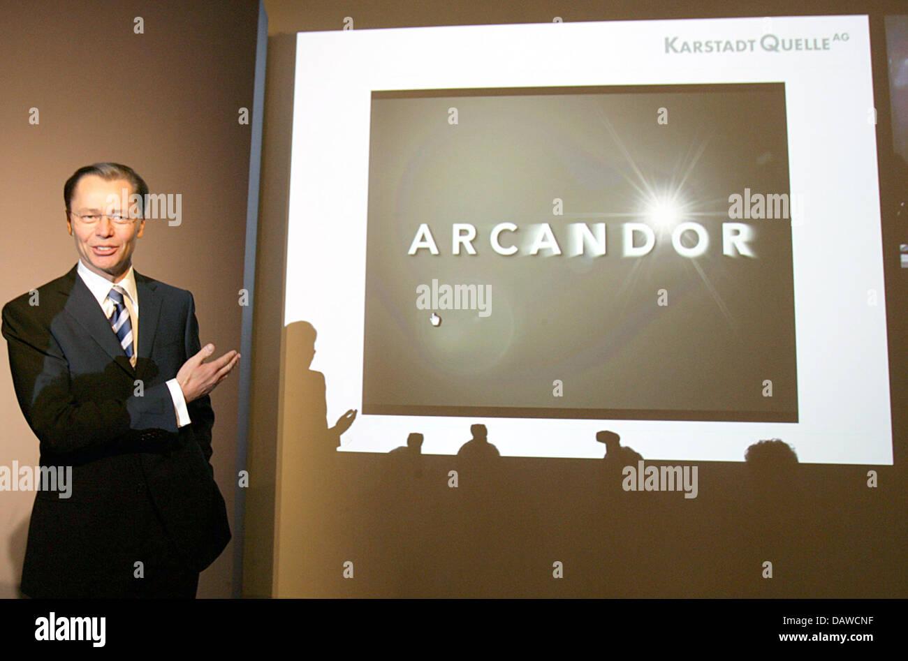 """KarstadtQuelle-Vorstandsvorsitzender Thomas Middelhoff posiert vor dem neuen Namen """"Arcandor"""" KarstadtQuelle Stockbild"""