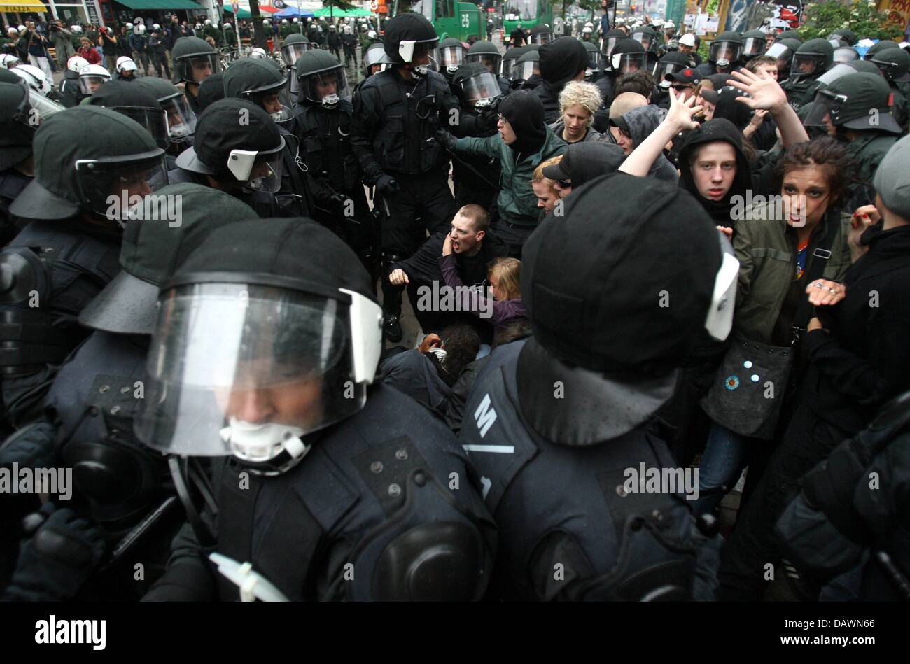 Polizei verhaftet heftig Demonstranten bei einer Protestaktion gegen Asien-Europa-treffen (ASEM) in Hamburg, Deutschland, Stockbild