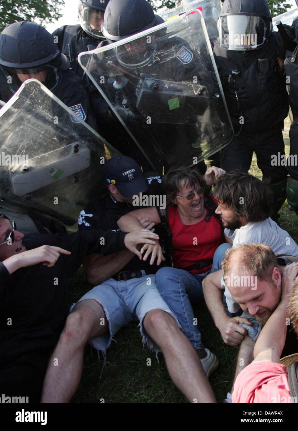 Polizei verhaftet heftig G8-Demonstranten in der Nähe von Hinter Bollhagen, Deutschland, 7. Juni 2007. Foto: Stockbild