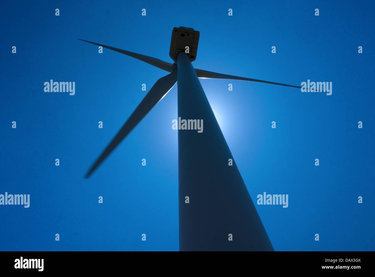 Hintergrundbeleuchtung Windmühle vor blauem Himmel Stockbild