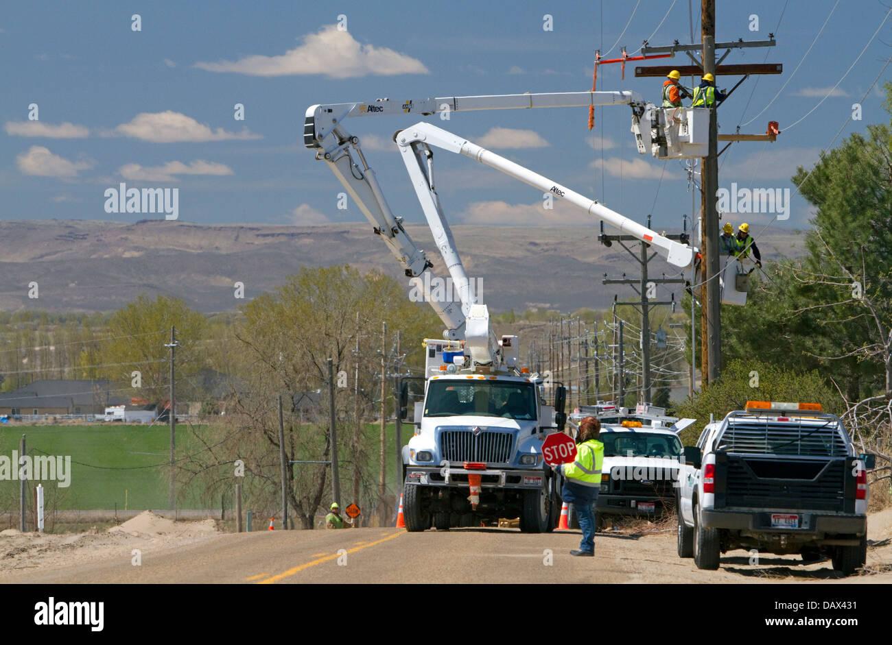 Idaho Power Installation von elektrischen Leitungen mit Cherry Pickers in der Nähe von Boise, Idaho, USA. Stockbild
