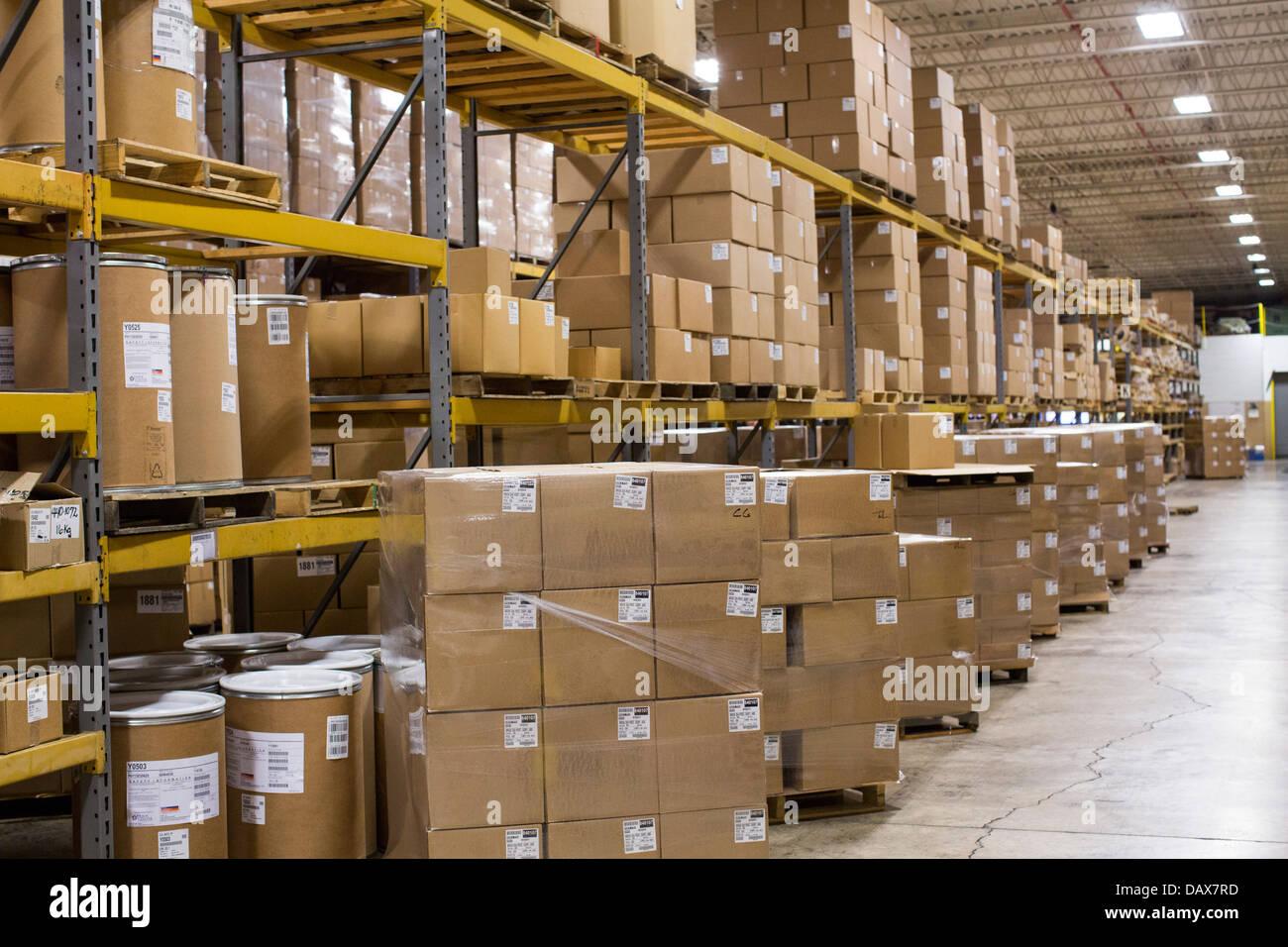 Eine Industriehalle voller Kartons auf Regale. Stockbild