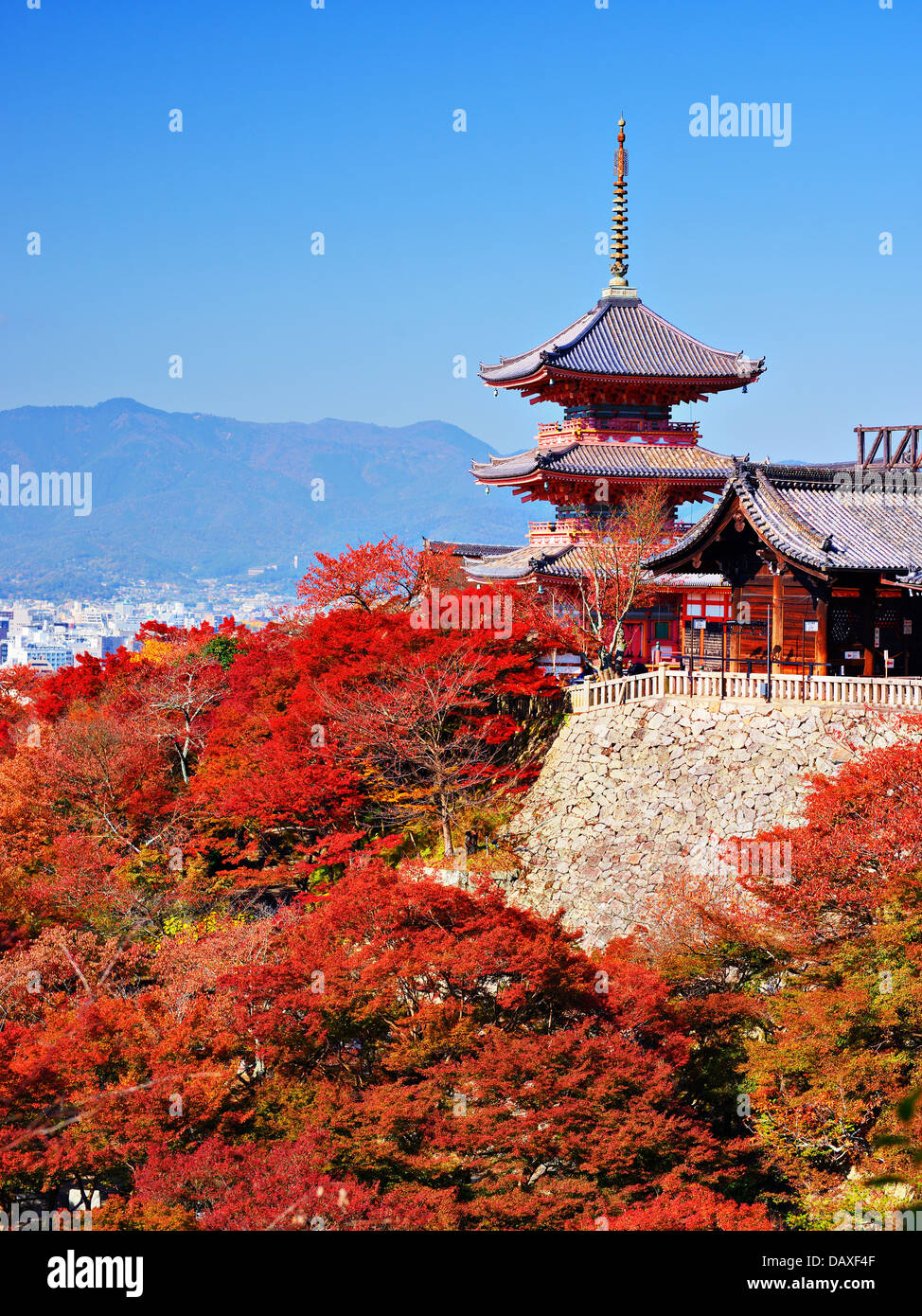 Kiyomizu-Dera Pagode mit Herbstfarben in Kyoto, Japan. Stockbild