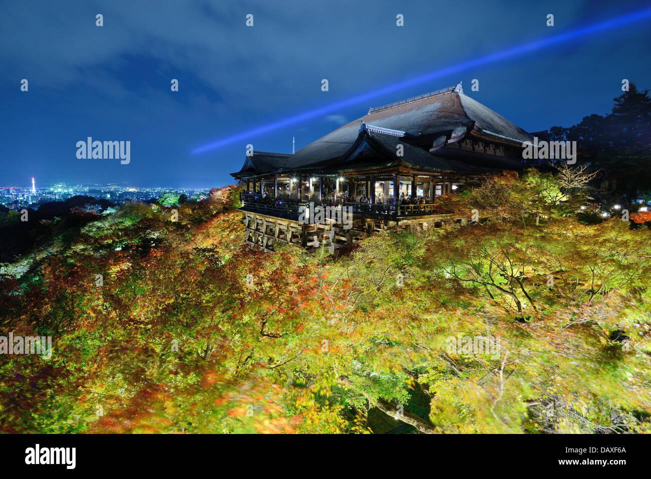 Kiyomizu-Dera-Bühne in der Nacht in Kyoto, Japan. Stockbild