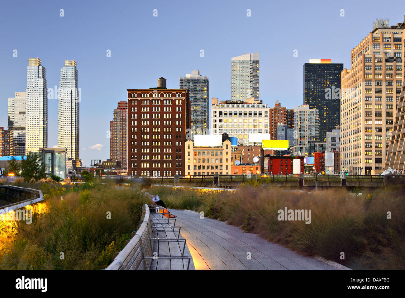 New York City High Line in der Nacht in New York City. Stockbild
