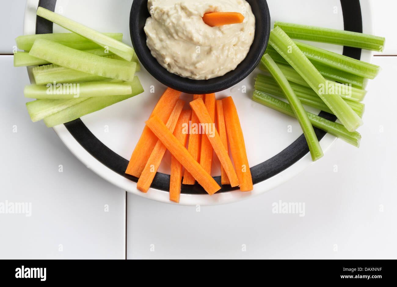 Hummus mit frischem Gemüse Stockbild