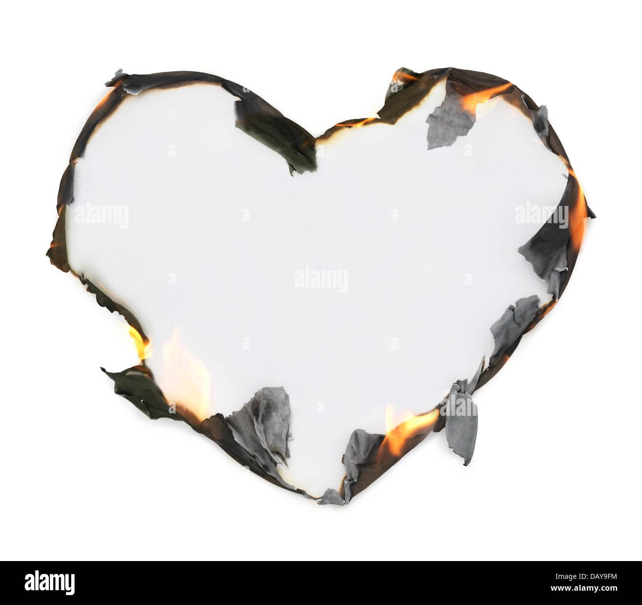 Leere herzförmige Papier mit brennenden Kanten, künstlerische konzeptuellen Rahmen isoliert auf weißem Hintergrund Stockfoto