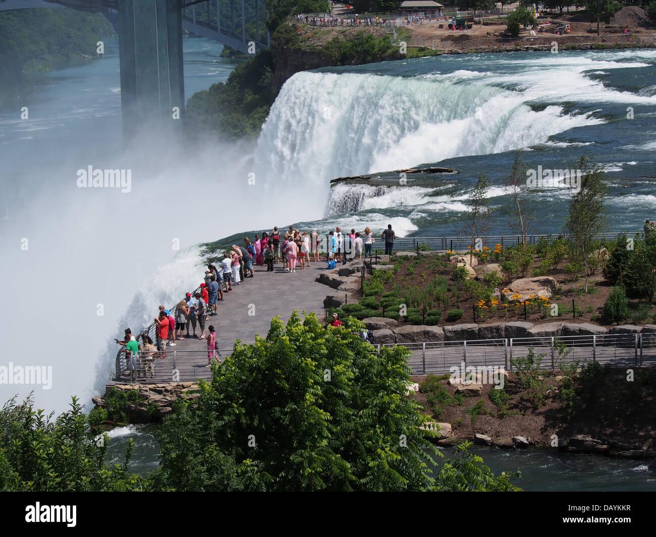Niagara Falls, Rand auf die amerikanischen Wasserfälle von Goat Island Stockbild