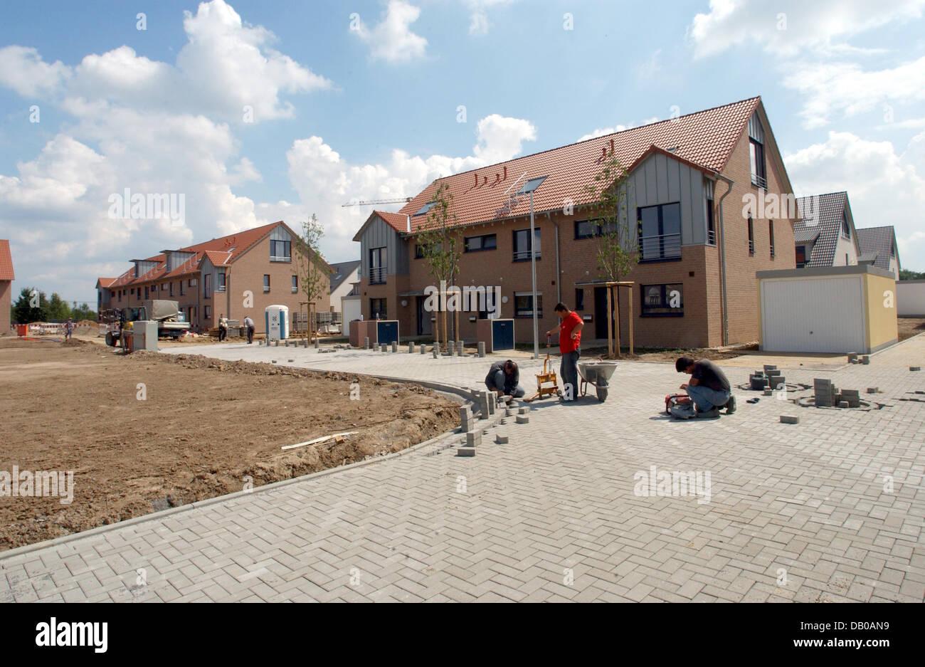 Das Bild zeigt Einfamilien-Häuser und Maisonetten strukturell auf eine neue Wohnsiedlung in Düsseldorf-Wittlaer, Stockfoto