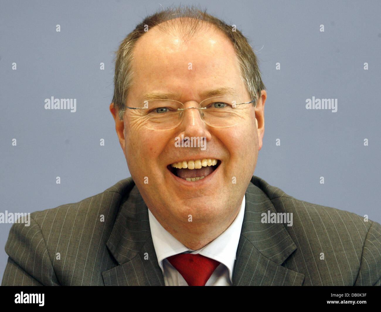 Bundesfinanzminister Peer Steinbrück lacht auf einer Pressekonferenz in Berlin, Deutschland, 5. September 2007. Stockbild